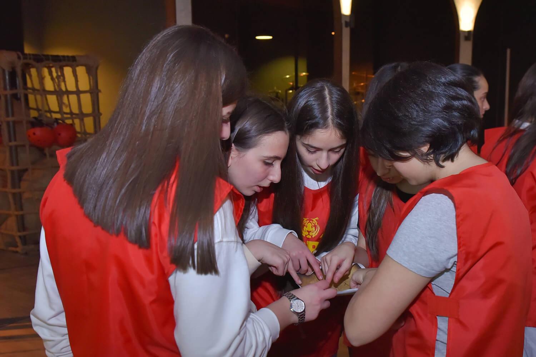 Վերջին անգամ ե՞րբ եք ստացված թիմբիլդինգ ունեցել։ Չհիշեցի՞ք։  Ուրեմն ճիշտ ժամանակն է թիմով հավաքվելու ու մի լավ զվարճանալու։<br>  Ինչու՞ ընտրել հենց մեր քվեստը<br><br>  1․ Մեր 2 քվեստային հարթակները իրենց ֆորմատով միակն են Երևանում և ամբողջ Հայաստանում։<br><br> 2․ Գանձերի կղզի խաղահարթակը գտնվում է Բուսաբանական այգում։ Գանձերի Որոնում արկածայի քվեստը կազմակերպվում է ամբողջ անտառի տարածքում, յուրաքանչյուր թիմին ուղեկցում է խաղավարը, ով բացատրում է խաղի կանոնները և հետևում խաղի անվտանգ ընթացքին։<br><br> 3․ Ֆորտ Բոյար հարթակը ի սկզբանե ձևավորված և կառուցված է լեգենդար Ֆորտ Բոյար հեռուստաշոուի հիման վրա։ Ունենք 24-ից ավելի ուժային ու ինտելեկտուալ խաղեր։ Խաղի սյուժեն նույնն է, անցնել փորձությունները, հավաքել բանալիներ և տիրանալ ծերուկ Ֆուռայի գանձարանի ոսկիներին։<br><br> 4․ Խաղերը լի են ադրենաինով և բարձրացնում են թիմային ոգին, այն ինչ հարկավոր է աշխատանքը պրոդուկտիվ դարձնելու համար։</li></ol><br><br> Սիրով կսպասենք բոլորի՜դ։ Ֆորտ Արենան հուշում է, բայց չի պարտադրում։